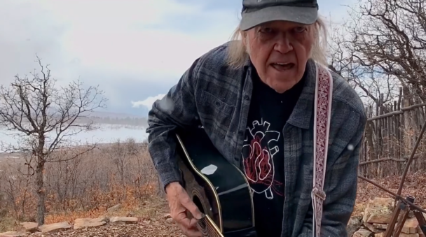 Neil Young Plays Rarities In 6-Song Fireside Session: Watch – Stereogum